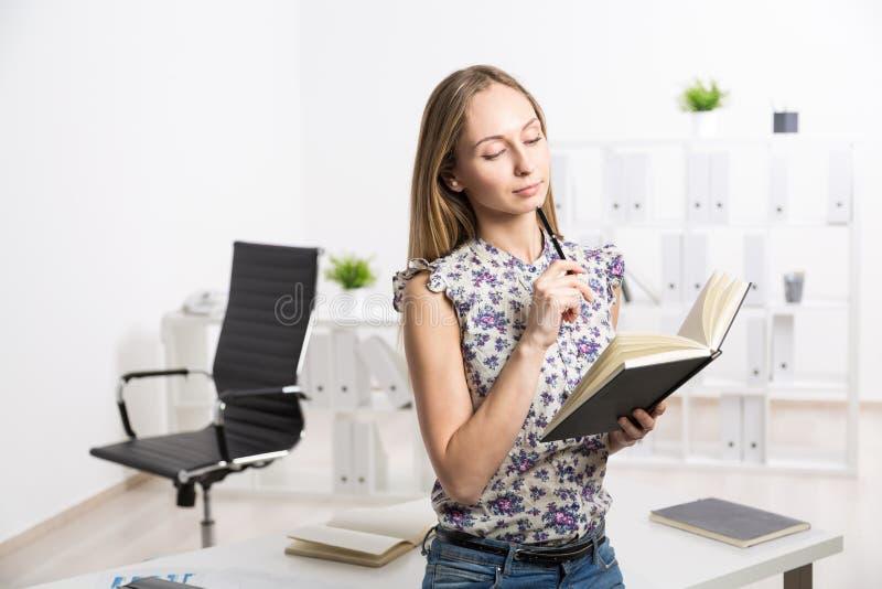 Θηλυκό με το σημειωματάριο hardcover στοκ εικόνα