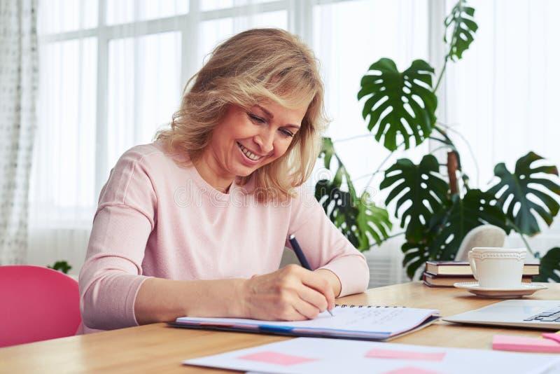 Θηλυκό με το φανταστικό καφέ κατανάλωσης χαμόγελου γράφοντας στοκ φωτογραφία με δικαίωμα ελεύθερης χρήσης