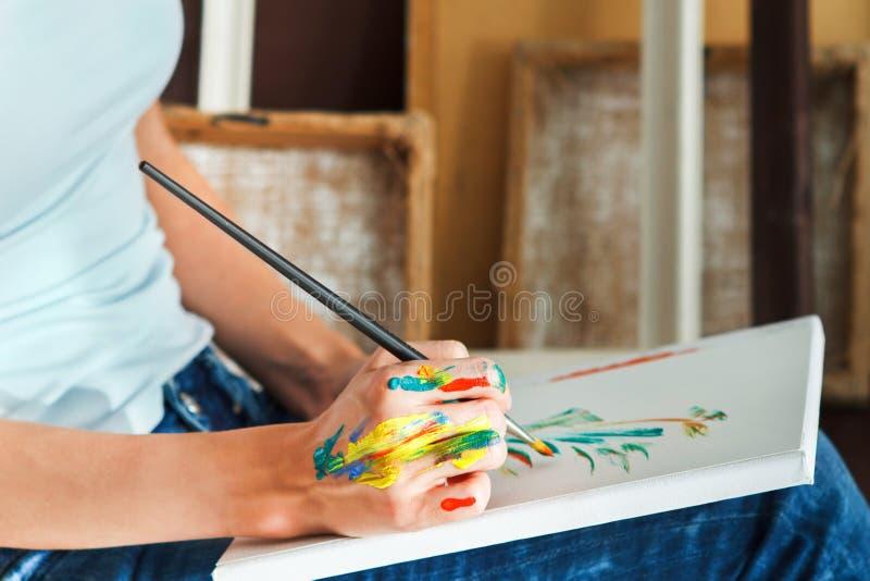 Θηλυκό πινέλο εκμετάλλευσης χεριών καλλιτεχνών στοκ εικόνες