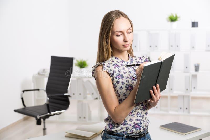Θηλυκό που γράφει στο σημειωματάριο στοκ εικόνες με δικαίωμα ελεύθερης χρήσης