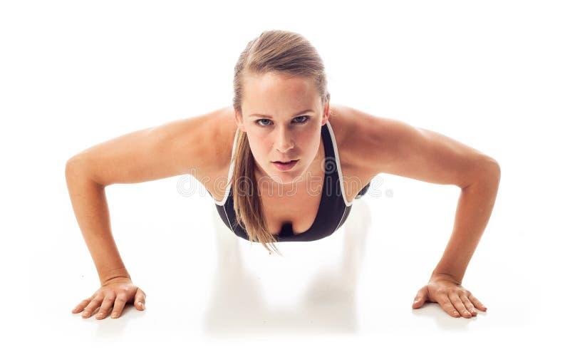 Θηλυκό που κάνει pushups στοκ φωτογραφία