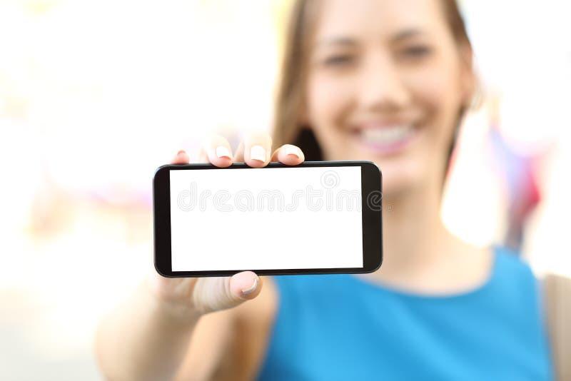 Θηλυκό που παρουσιάζει κενή οριζόντια τηλεφωνική οθόνη στοκ φωτογραφία με δικαίωμα ελεύθερης χρήσης