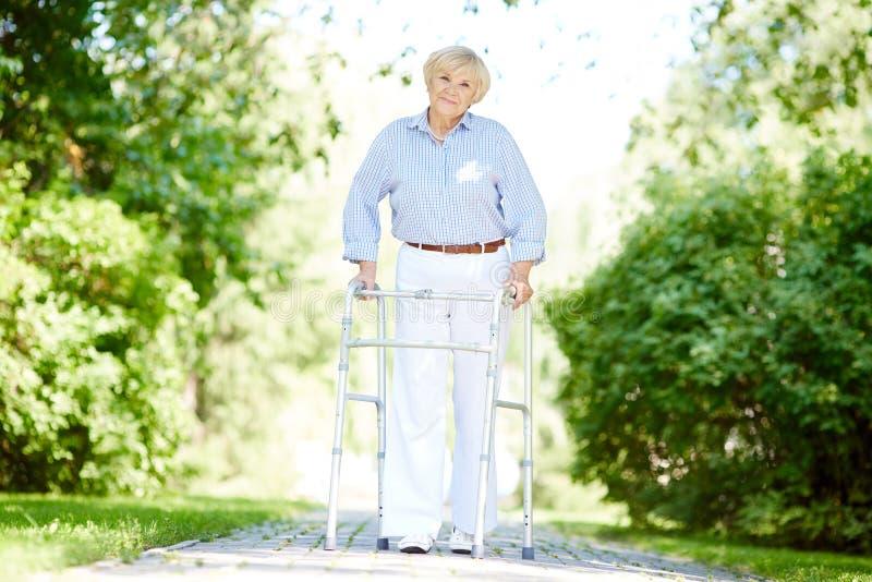Θηλυκό που περπατά έξω στοκ φωτογραφία με δικαίωμα ελεύθερης χρήσης