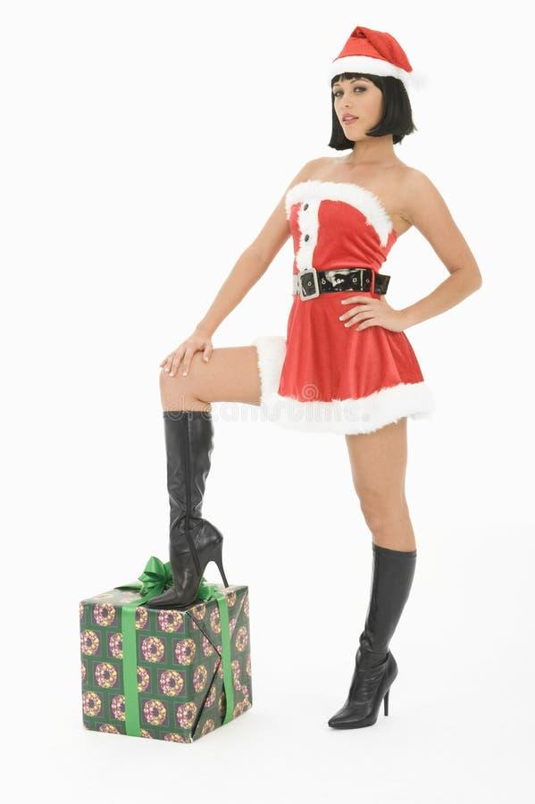 Θηλυκό που στέκεται με το πόδι στο κιβώτιο δώρων στοκ εικόνα