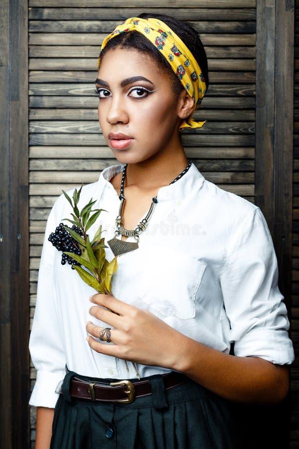 Θηλυκό πρότυπο αφροαμερικάνων με το λουλούδι στοκ εικόνες