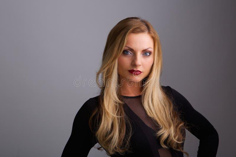 Θηλυκό πρότυπο μόδας με τα ξανθά μαλλιά στοκ εικόνα