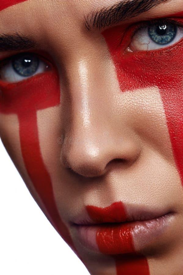 Θηλυκό πρότυπο ομορφιάς με τα φυλετικά κόκκινα λωρίδες στοκ φωτογραφία