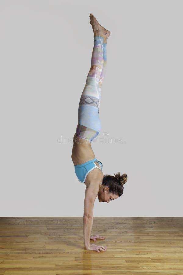 Θηλυκό πρότυπο Adho Mukha Vrksasana Handstand στοκ εικόνες