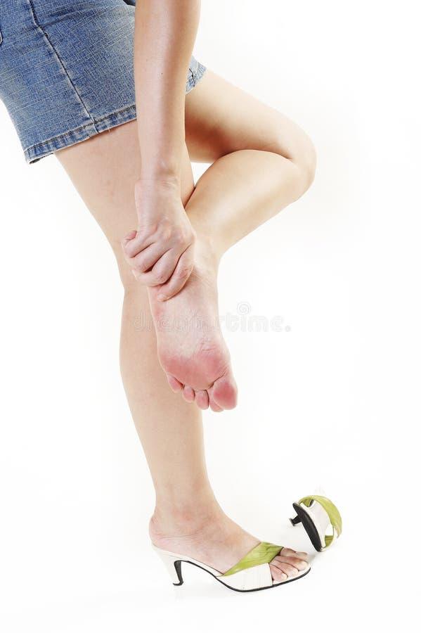 Θηλυκό πόδι στον πόνο στοκ εικόνες με δικαίωμα ελεύθερης χρήσης