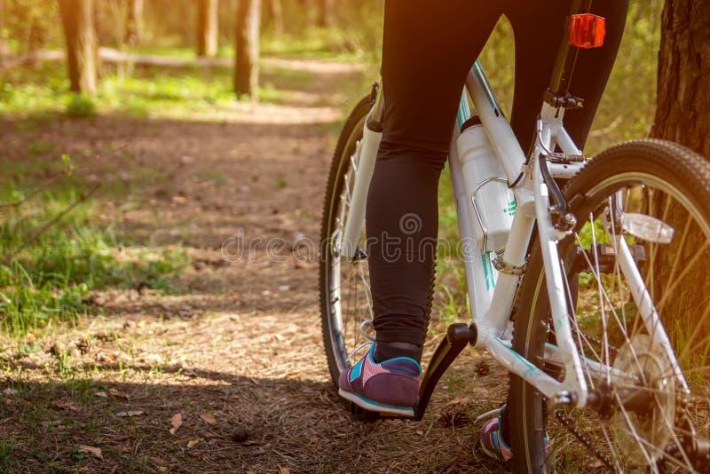 Θηλυκό πόδι στο πεντάλι του ποδηλάτου στοκ φωτογραφία με δικαίωμα ελεύθερης χρήσης