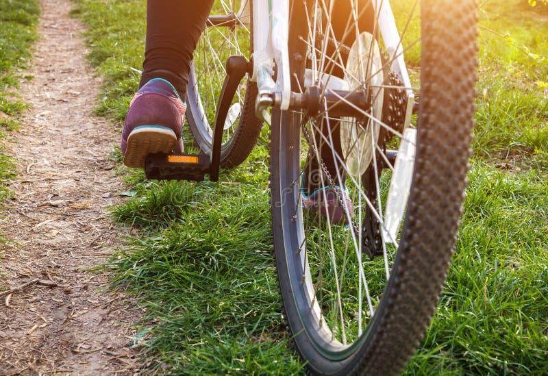 Θηλυκό πόδι στο πεντάλι του ποδηλάτου στοκ εικόνες με δικαίωμα ελεύθερης χρήσης