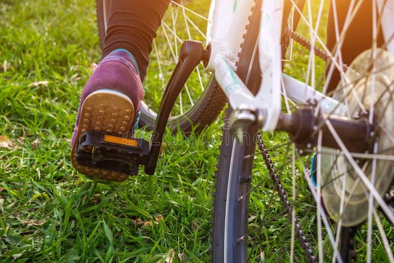 Θηλυκό πόδι στο πεντάλι του ποδηλάτου στοκ φωτογραφία