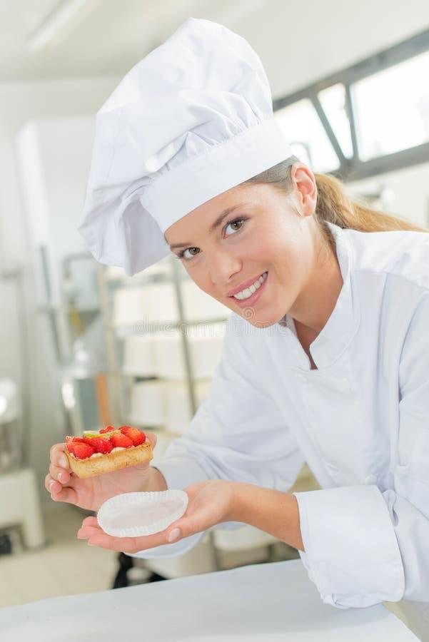Θηλυκό υπερήφανο κέικ αρτοποιών στοκ εικόνα