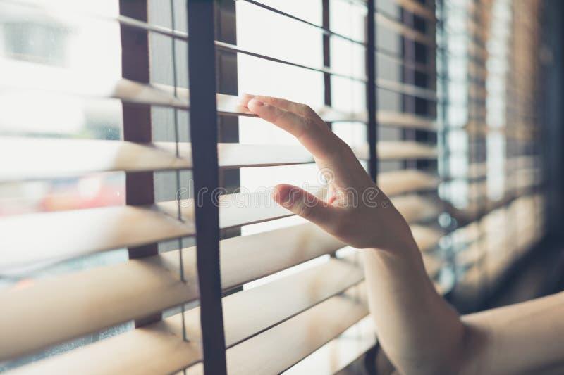 Θηλυκό χέρι σχετικά με τους ενετικούς τυφλούς στοκ εικόνα