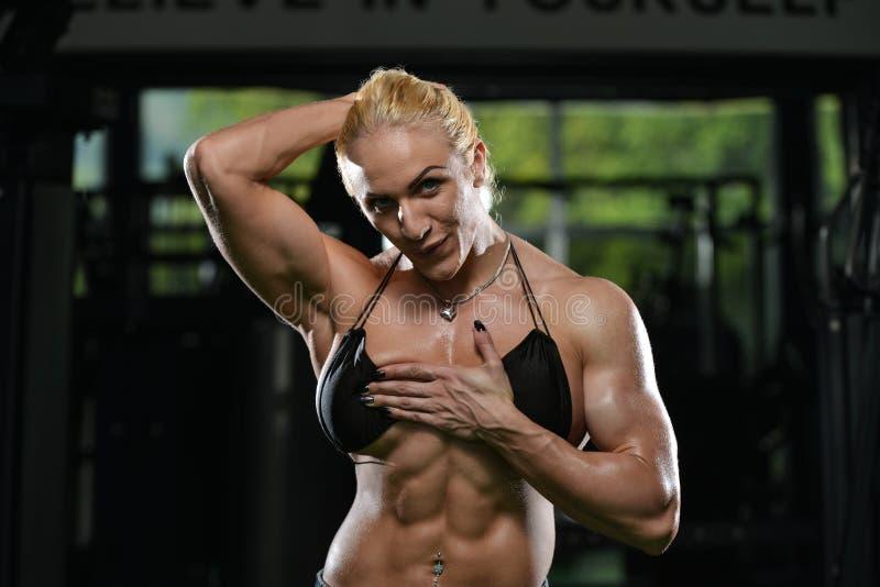Θηλυκό Bodybuilder που παρουσιάζει ABS στοκ εικόνα με δικαίωμα ελεύθερης χρήσης