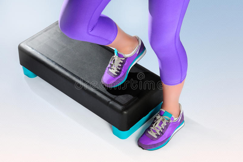 Θηλυκό feet do exercise αεροβικό stepper ικανότητας στοκ φωτογραφία με δικαίωμα ελεύθερης χρήσης