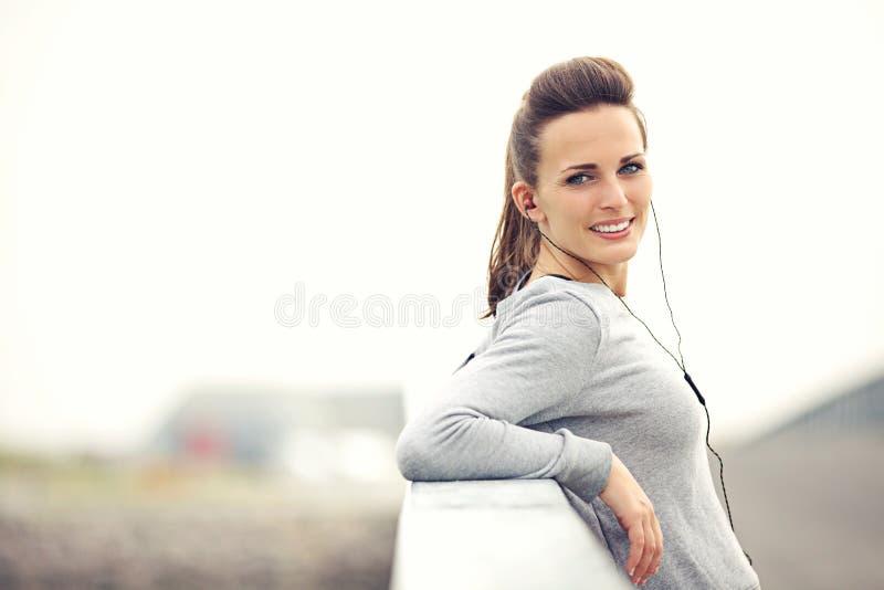 Θηλυκό Jogger που στηρίζεται και που εξετάζει σας στοκ φωτογραφία με δικαίωμα ελεύθερης χρήσης