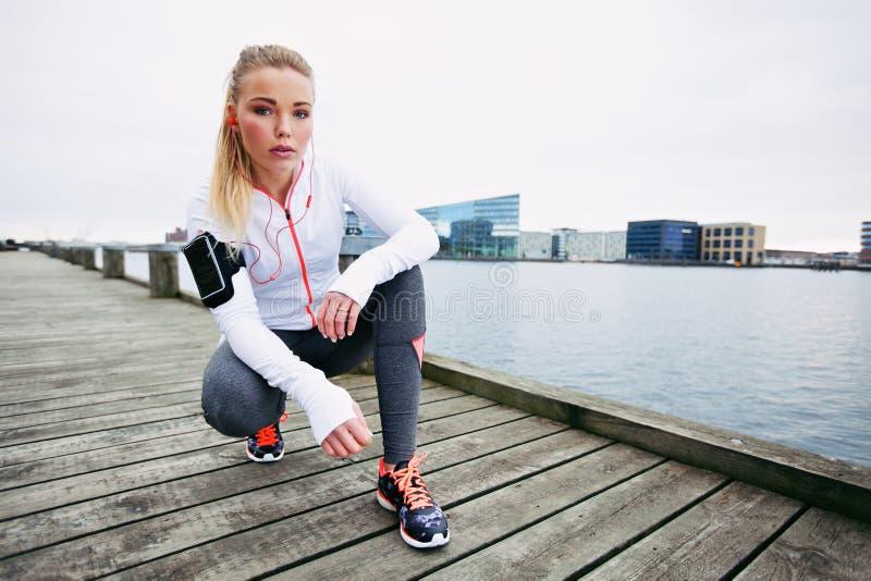 Θηλυκό jogger υπαίθρια που φαίνεται βέβαιο στοκ φωτογραφίες