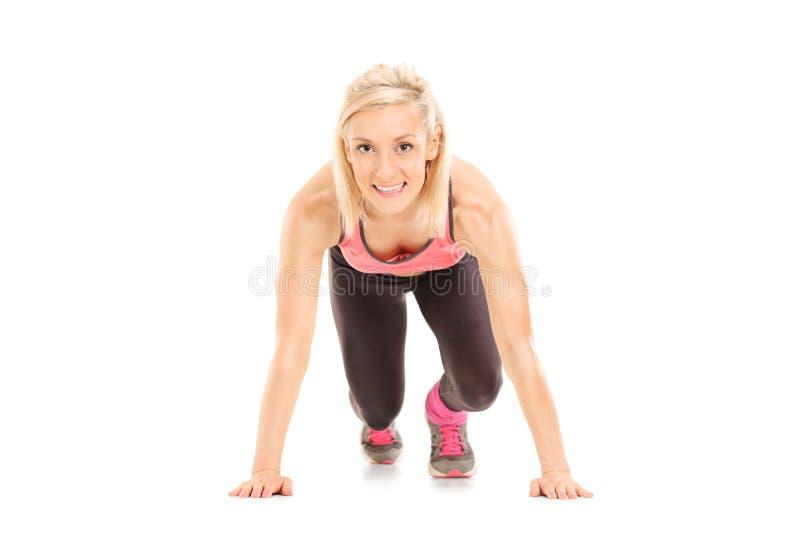 Θηλυκό sprinter στην αρχική θέση στοκ εικόνες