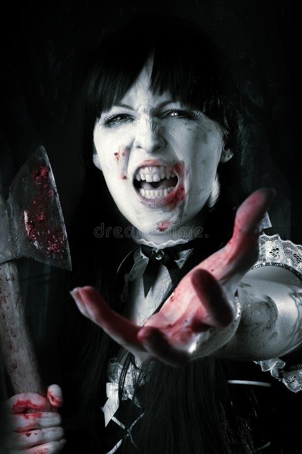 Θηλυκό zombie με το αιματηρό τσεκούρι στοκ εικόνα με δικαίωμα ελεύθερης χρήσης
