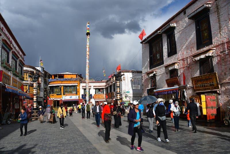 Θιβέτ, Lhasa, Κίνα, 02 Ιουνίου, 2018 Άνθρωποι που περπατούν κατά μήκος της αρχαίας οδού Barkhor μια θερινή ημέρα στο νεφελώδη και στοκ εικόνες