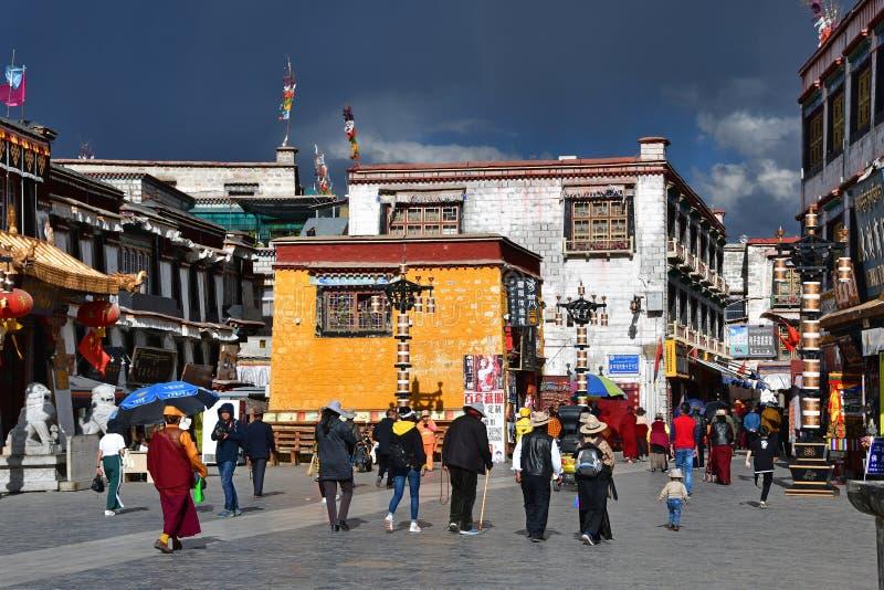 Θιβέτ, Lhasa, Κίνα, 02 Ιουνίου, 2018 Άνθρωποι που περπατούν κατά μήκος της αρχαίας οδού Bakuo W οδών Barkhor στη θερινή ημέρα σε  στοκ εικόνα με δικαίωμα ελεύθερης χρήσης