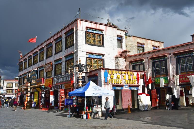 Θιβέτ, Lhasa, Κίνα, 02 Ιουνίου, 2018 Άνθρωποι που περπατούν κατά μήκος της αρχαίας οδού Bakuo W οδών Barkhor στη θερινή ημέρα σε  στοκ φωτογραφία με δικαίωμα ελεύθερης χρήσης