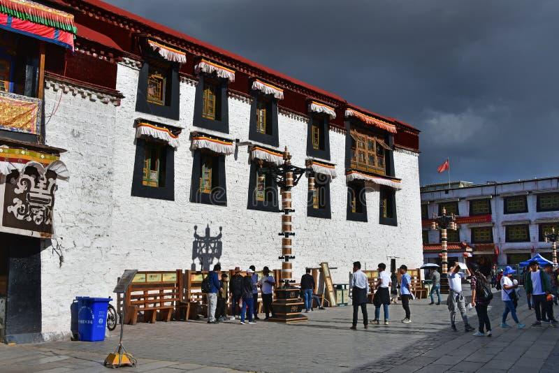 Θιβέτ, Lhasa, Κίνα, 02 Ιουνίου, 2018 Θιβέτ, Lhasa Άνθρωποι που περπατούν στο τετράγωνο δίπλα στο ναό Jokhang τον Ιούνιο στοκ εικόνα με δικαίωμα ελεύθερης χρήσης