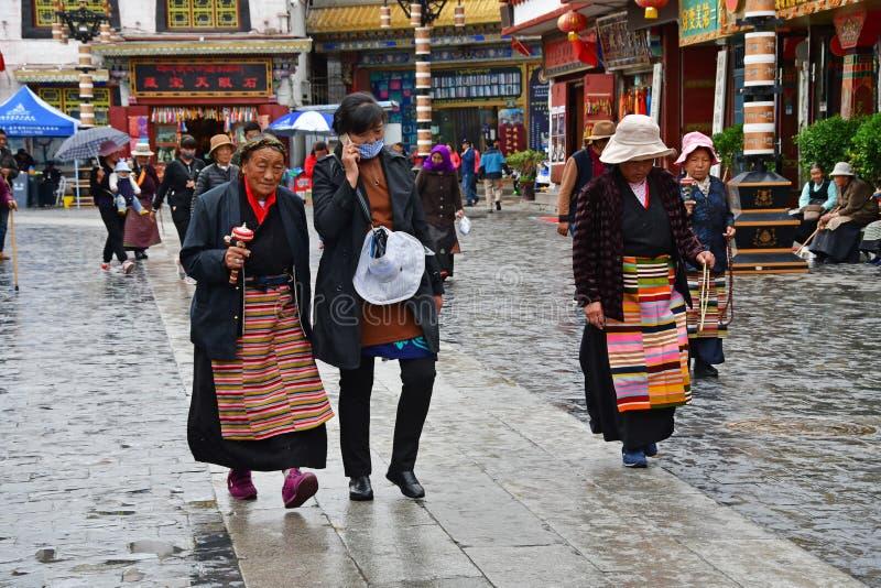 Θιβέτ, Lhasa, Κίνα, 03 Ιουνίου, 2018 Οι άνθρωποι περπατούν κατά μήκος της αρχαίας οδού Barkhor μια θερινή ημέρα στο βροχερό καιρό στοκ εικόνες