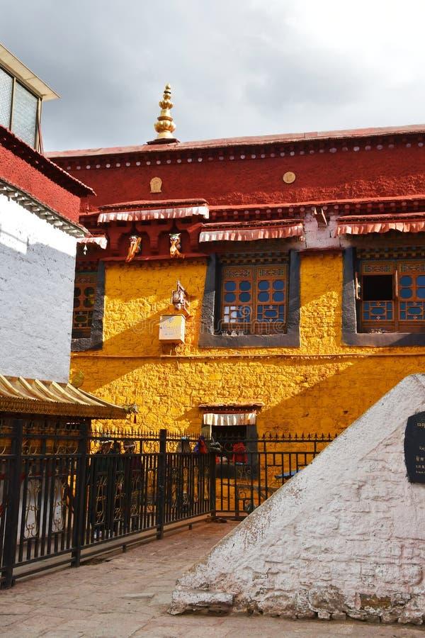 Θιβέτ, Lhasa, Κίνα, 02 Ιουνίου, 2018 Σπίτι αιθουσών επίδειξης Shak Nangze μιας ευγενούς οικογένειας με 600 έτη ιστορίας στο stree στοκ εικόνα με δικαίωμα ελεύθερης χρήσης
