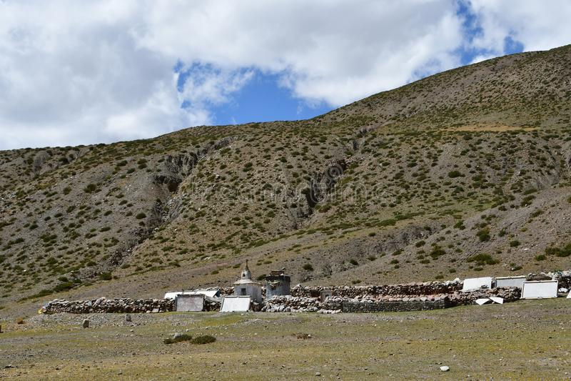 Θιβέτ Stupa Whate και βουδιστικές πέτρες προσευχής με τα mantras και τελετουργικά σχέδια στο ίχνος από την πόλη Dorchen γύρω από  στοκ φωτογραφία με δικαίωμα ελεύθερης χρήσης