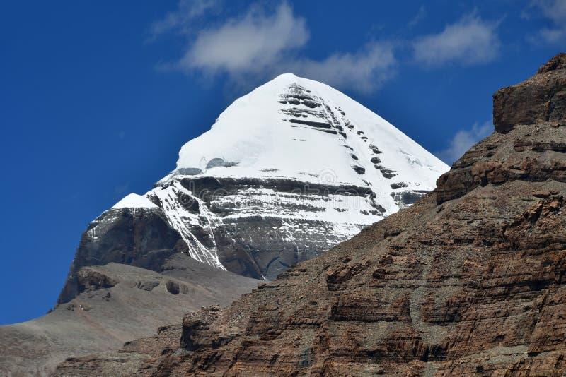 Θιβέτ Stupa Whate και βουδιστικές πέτρες προσευχής με τα mantras και τελετουργικά σχέδια στο ίχνος από την πόλη Dorchen γύρω από  στοκ εικόνες