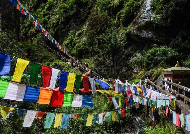 Θιβετιανές βουδιστικές σημαίες επίκλησης στο βουνό στοκ φωτογραφία με δικαίωμα ελεύθερης χρήσης