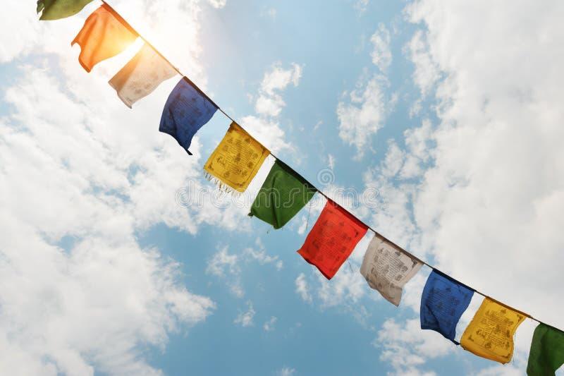 Θιβετιανές σημαίες με τη μάντρα στοκ εικόνα