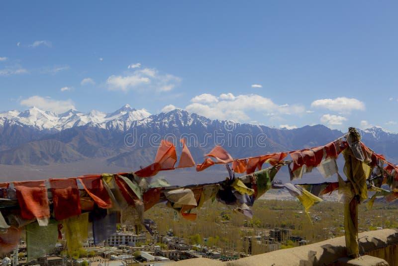 Θιβετιανές σημαίες προσευχής στο θεαματικά υπόβαθρο σειράς του Ιμαλαίαυ τοπίου βουνών, leh-Ladakh, Jammu & το Κασμίρ, βόρεια Ινδί στοκ εικόνα με δικαίωμα ελεύθερης χρήσης