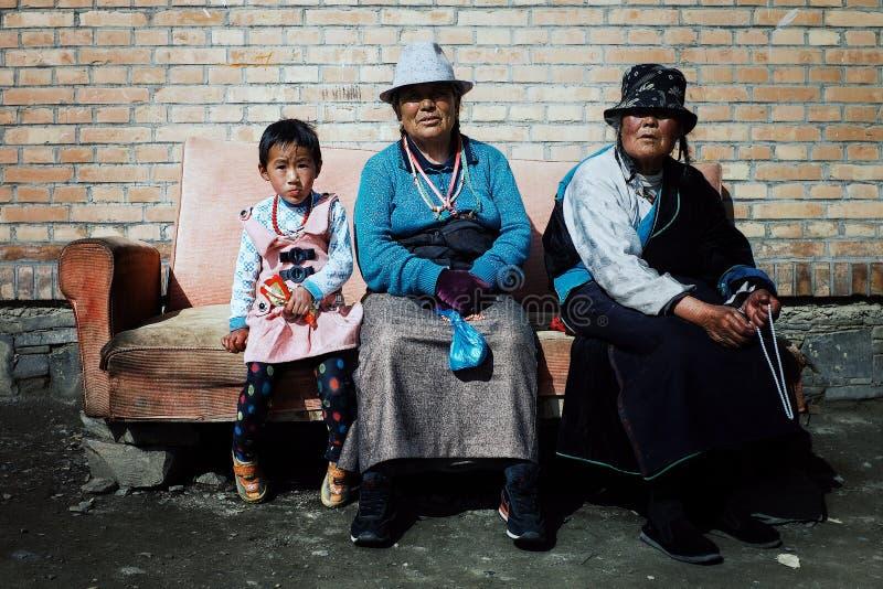 θιβετιανή βουδιστική γυναίκα προσκυνητών και ένα νέο κορίτσι που περιμένει έξω από έναν ναό σε έναν καναπέ στοκ εικόνα με δικαίωμα ελεύθερης χρήσης