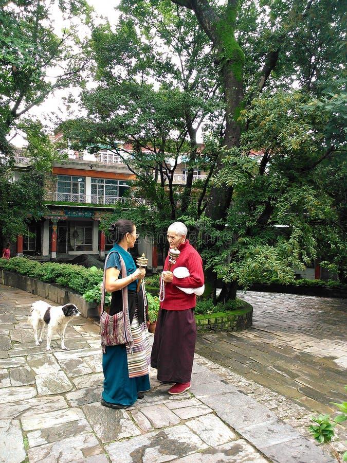 Θιβετιανοί θιασώτες στο ίδρυμα Norbulingka στοκ εικόνα