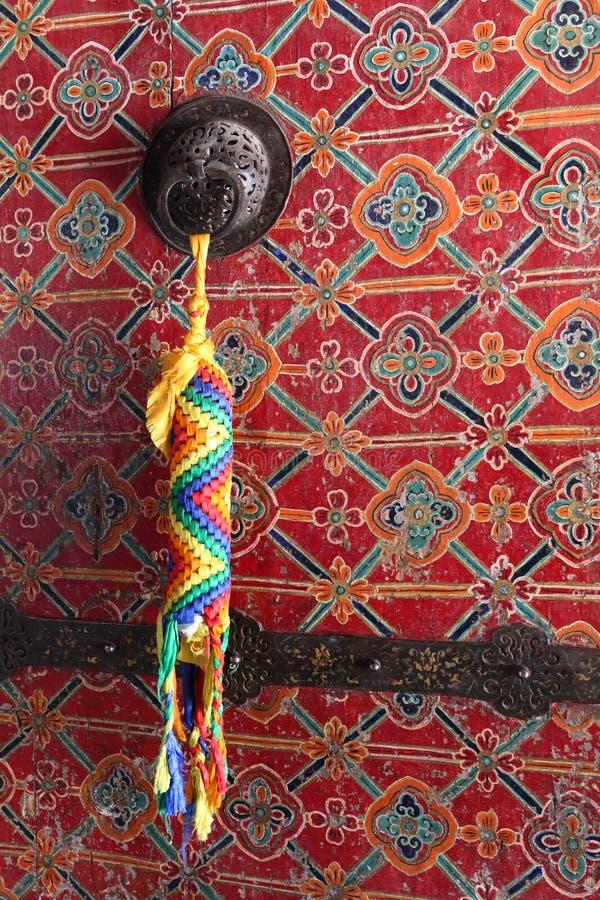 Θιβετιανό φυλακτό στον κάτοχο πορτών στοκ φωτογραφία με δικαίωμα ελεύθερης χρήσης