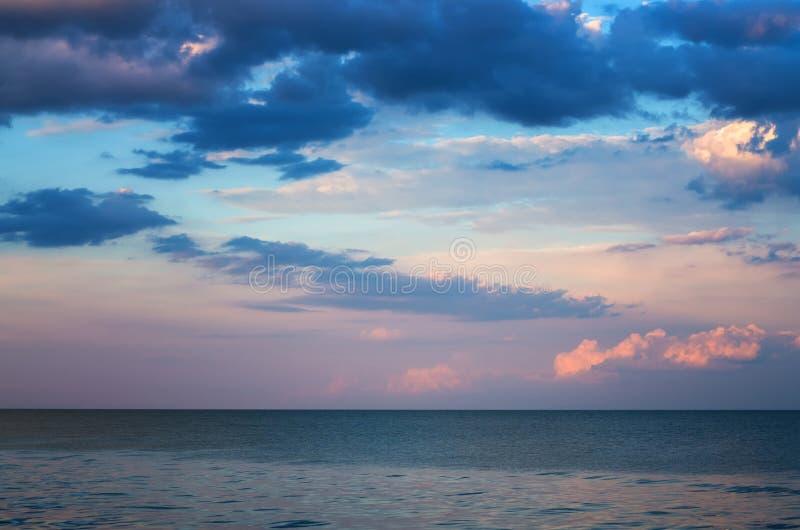 Θλιβερός ουρανός πέρα από τη θάλασσα, ηρεμία οριζόντων στοκ εικόνα