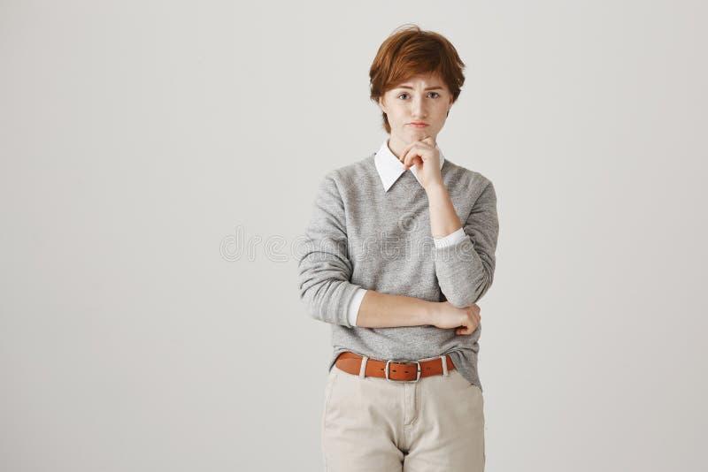 Θλιβερό και ενοχλημένο redhead καυκάσιο κορίτσι με τις φακίδες και αγορίστικο χέρι εκμετάλλευσης εξαρτήσεων στο πηγούνι εξετάζοντ στοκ φωτογραφία