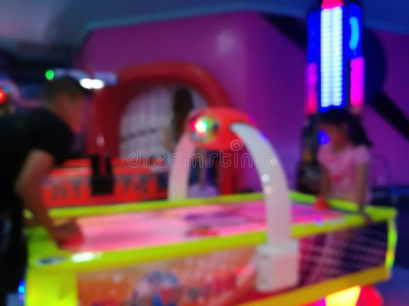 Θολή θέση για να παίξετε ένα παιδί σε πολυκατάστημα Παιδική χαρά με πολύχρωμο φως νέον και έντονο φως στοκ φωτογραφία με δικαίωμα ελεύθερης χρήσης