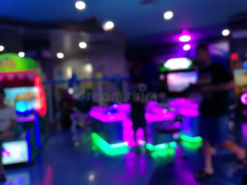 Θολή θέση για να παίξετε ένα παιδί σε πολυκατάστημα Παιδική χαρά με πολύχρωμο φως νέον και έντονο φως στοκ φωτογραφίες με δικαίωμα ελεύθερης χρήσης