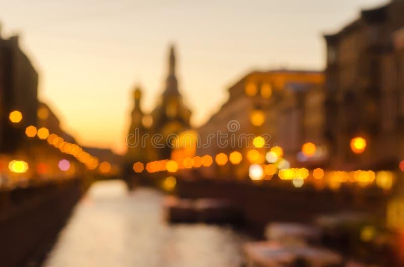 Θολωμένη άποψη πόλεων ηλιοβασιλέματος περίληψη στην Αγία Πετρούπολη Δημοφιλής θέση τουριστών στην πόλη Θερινές άσπρες νύχτες για  στοκ εικόνα