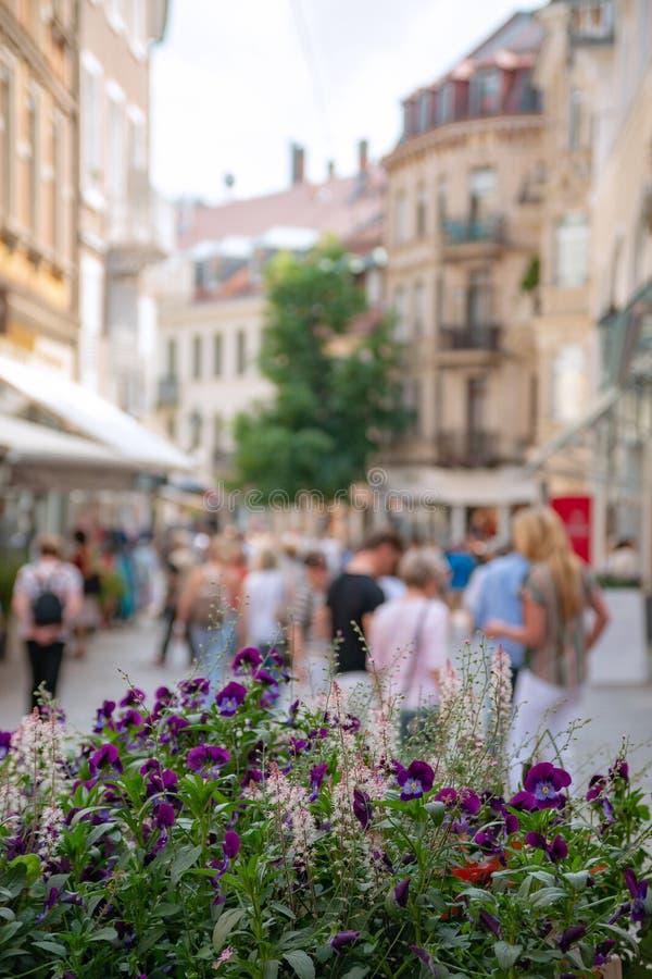 Θολωμένη άποψη της buisy παλαιάς ευρωπαϊκής οδού στοκ εικόνες