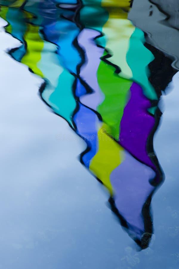 Θολωμένη αντανάκλαση του λεκιασμένου γυαλιού στο νερό στοκ φωτογραφία με δικαίωμα ελεύθερης χρήσης