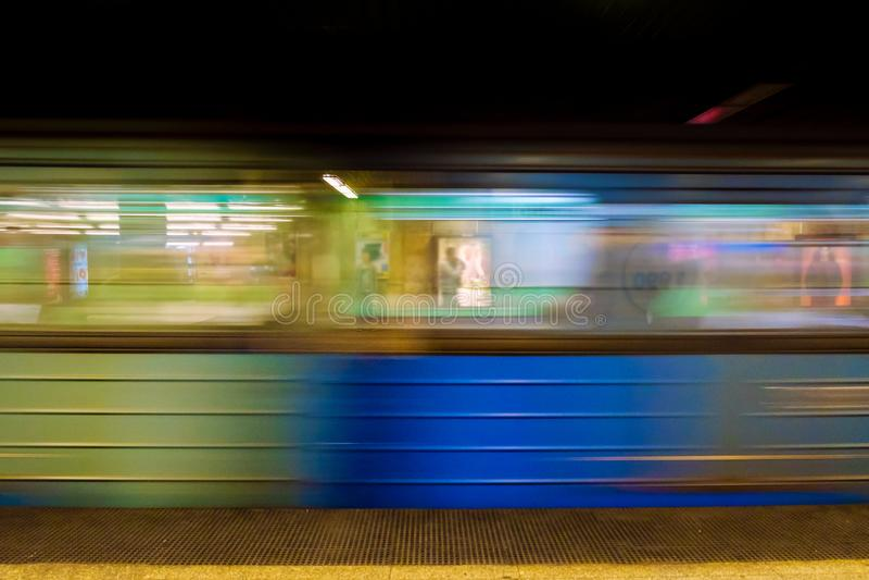 Θολωμένη εικόνα της άφιξης του υπόγειου τρένου στοκ φωτογραφία με δικαίωμα ελεύθερης χρήσης