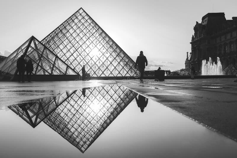 Θολωμένη εικόνα του διάσημου μουσείου του Λούβρου στοκ φωτογραφίες