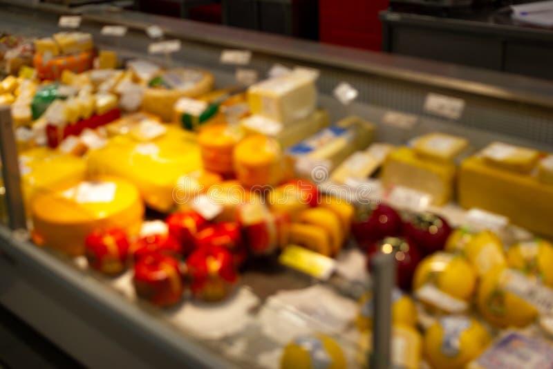 Θολωμένη εικόνα του ραφιού αγαθών προϊόντων τυριών στο λιανικό κατάστημα υπεραγορών στη λεωφόρο τμημάτων αγορών για το υπόβαθρο στοκ φωτογραφία με δικαίωμα ελεύθερης χρήσης