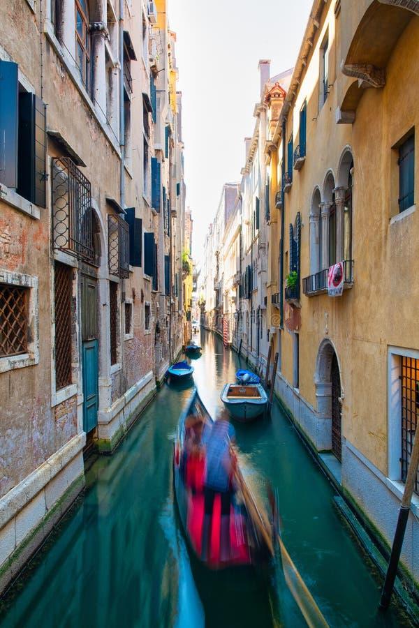 Θολωμένη επίδραση για gondolier με τους τουρίστες σε ένα κανάλι στη Βενετία στοκ εικόνα με δικαίωμα ελεύθερης χρήσης