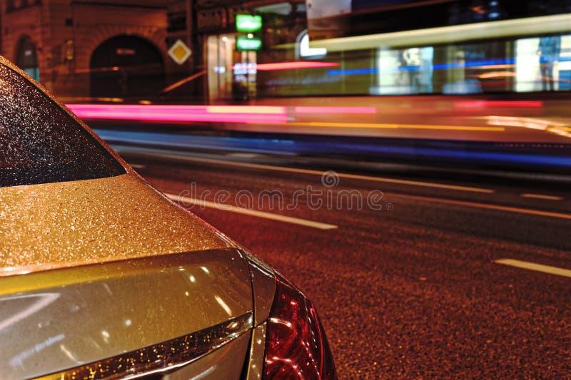 Θολωμένη κυκλοφορία νύχτας Ελαφριά ίχνη στο δρόμο τη νύχτα από την πλευρά Bolshoy Prospekt Petrograd στην Άγιος-Πετρούπολη, Ρωσία στοκ εικόνα
